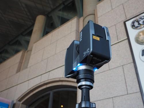 栃木県立博物館(上)の入り口前で3D計測のデモンストレーションをするFocus 3D(下)