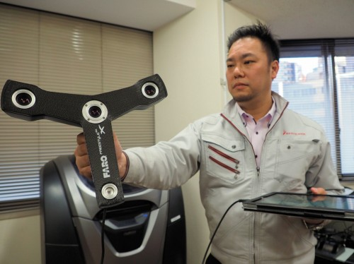 FAROスキャナー Freestyle3D Xを手にするベステラ 3D事業部 事業部長の多田まこと氏
