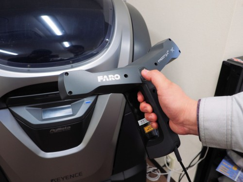 Freestyle3D Xを持って3Dプリンターの周囲空間をなぞるように動かしていく