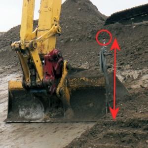 バケットに取り付けたプリズム(右)から地盤面までの鉛直距離が同じように取り付ける必要があった