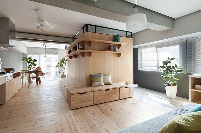 耐力壁部分をはさんで2部屋を確保し、西側と南側の窓をつなぐ広いスペースで通風、採光性を生かしたマンションのリノベーション