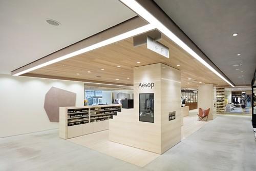 JR新宿駅直結の商業施設 NEWoMan。幅2.5mの通路の天井は中央部分にライン照明を設け、両側の店舗の天井を延長することをデザイン規定に盛り込んだ