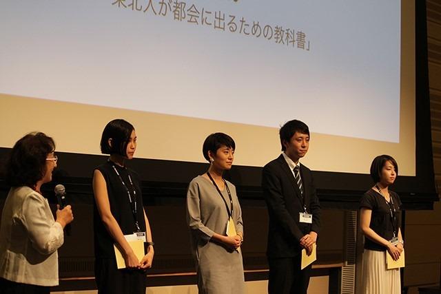 2016年度のOASIS奨学金の授与者。左端は審査委員長の内田和子非常勤顧問