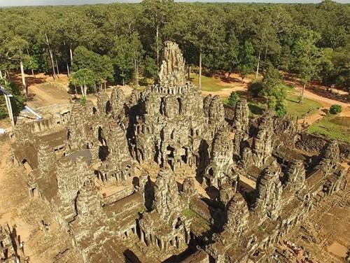 ドローンで撮影したカンボジア・アンコール遺跡群のバイヨン寺院の4K動画(大阪市立大学原口強氏提供)