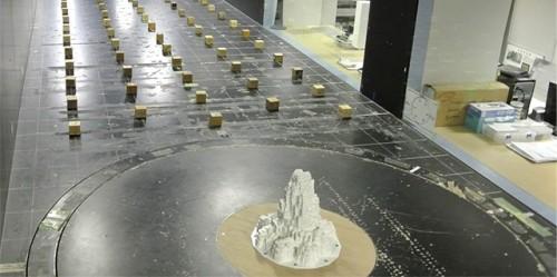 3Dプリンターで作った風洞実験用の模型。表面には430個の穴が開いており、パイプによって風圧センサーにつながっている