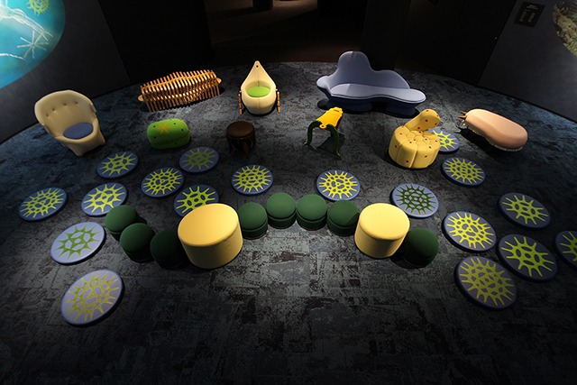 琵琶湖の微生物をモチーフにデザインし、博物館に並べられた椅子