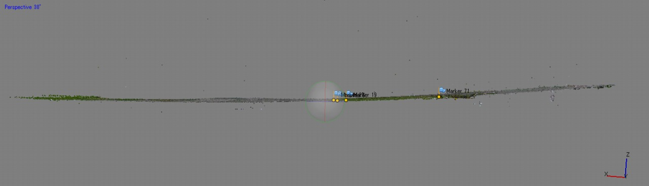 標定点による補正前の3D点群の断面。やや上向きにひずんでいる