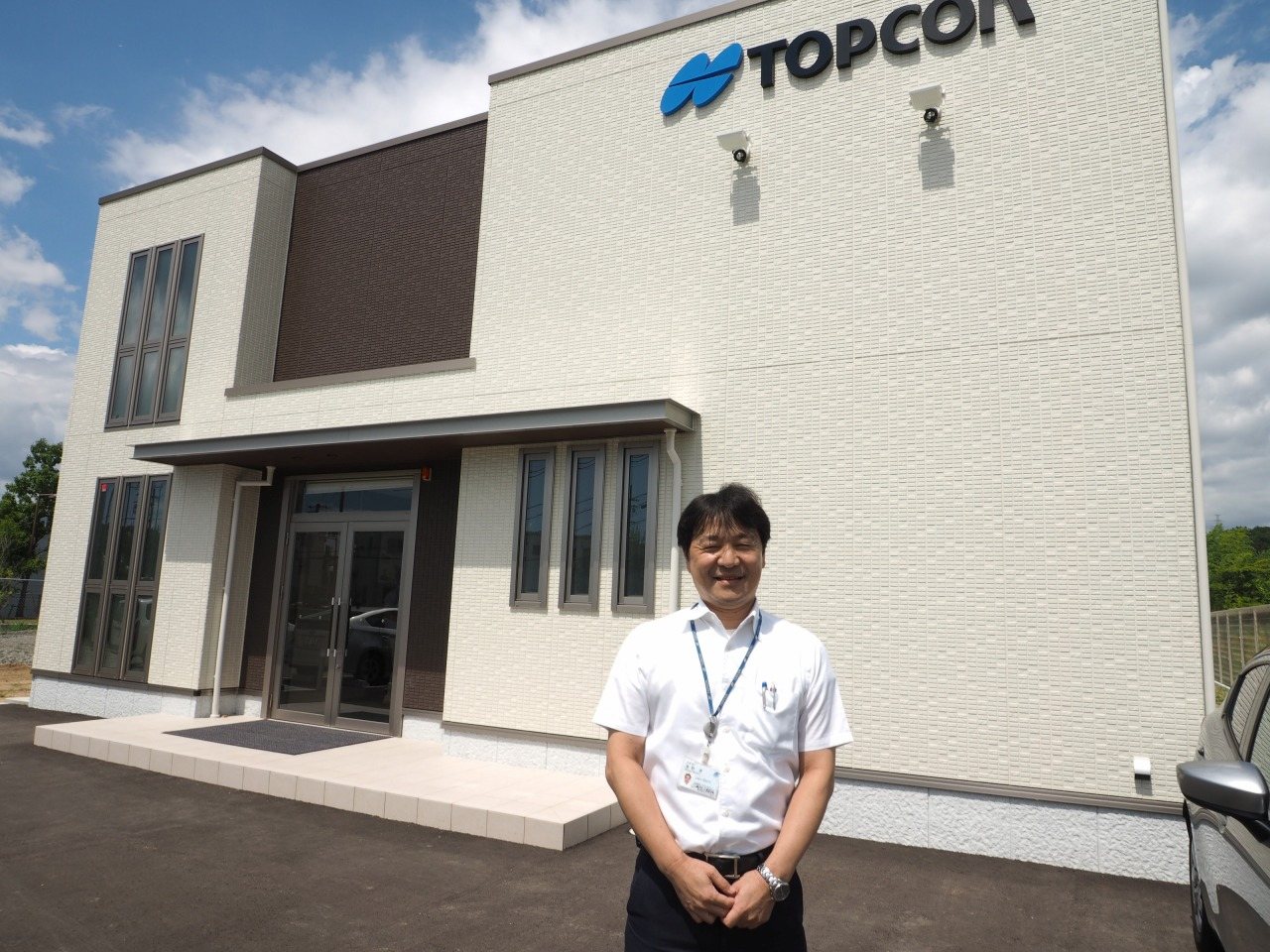 神戸トレーニングセンタの研修棟とセンタ長の濱野貢さん