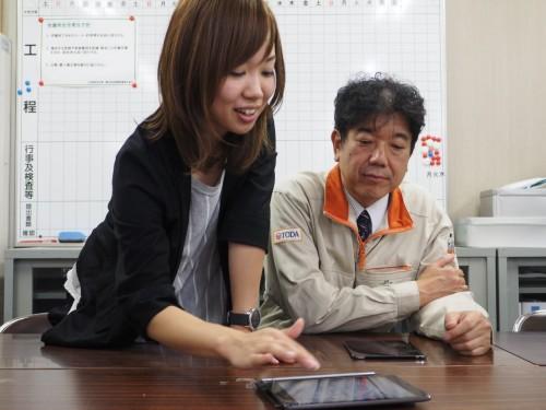 LAXSYの開発に携わった丸岡氏(左)。入力スピードを最も重視したという