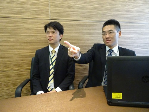 i-Constructionへの対応やCIM活用について語る日本国土開発 土木事業本部機電部CIM/ICT推進チームサブリーダーの佐藤裕氏(左)と土木事業本部技術部CIM/ICT推進チームリーダーの佐野健彦課長(右)