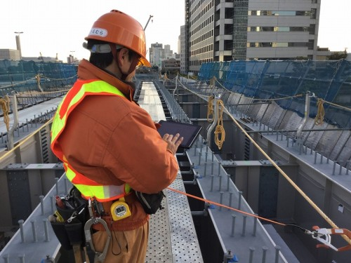 首都高羽田1号線のリニューアル工事でデジタル野帳「eYACHO」を活用する大林組JVの施工管理技術者