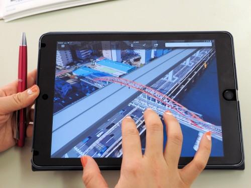 eYACHOによる帳票の電子化だけでなく、iPadによる現場の3Dモデル活用にも取り組んでいる。既設の水管橋と新設する橋桁の位置関係などを見える化した例