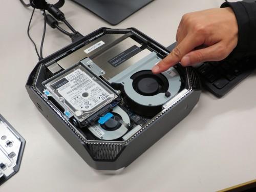コンパクトな筐体にはCPUやメモリー、グラフィックボードなどがぎっしりと配置されている。冷却用ファンも、グラフィックボード用とCPU用を搭載