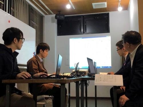 建築カフェでのBIM勉強会で講師を務める横松氏(左端)