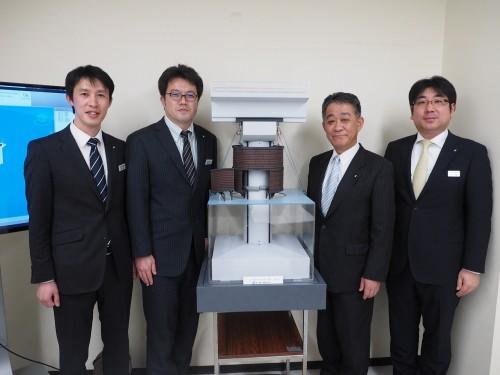 D-flip工法の模型を囲んで。左から丸山課長代理、春日課長代理、佐藤土木本部長、高橋課長