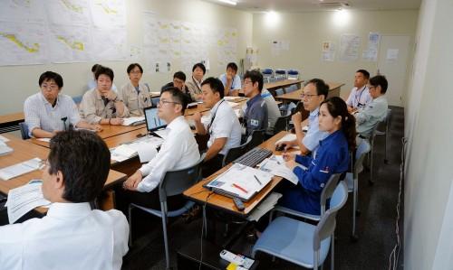 矢冨工事長がBIMマネージャーとして月例会議を進める(上)。協力会社も参加し、BIMで課題を解決する(下)