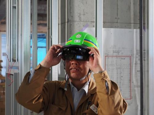 HoloLensを装着し、ARによる施工管理の実証実験を行う鴻池組の小野孝所長