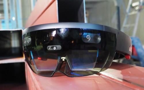 AR機能を実現する「Microsoft HoloLens」。Windows10を搭載し、単体で動作するホログラフィックコンピューターだ