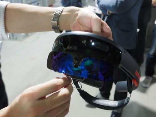 HoloLensにサングラスをかけると屋外での使用もできそうだ