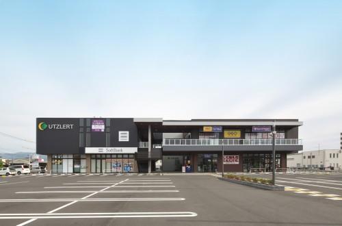 佐賀県鳥栖市の商業施設。上がARCHICADで作成した完成予想パース、下が完成写真。ほとんどイメージ通りに仕上がっている