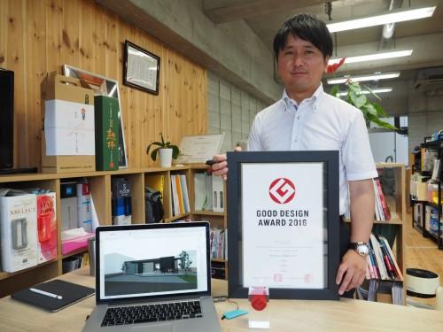 2016年度のグッドデザイン賞を受けた「住宅/LUSEEZ~大人のゆとりを持つ家~」の完成写真(上)と、ARCHICADのBIMモデル、賞状を手にする吉田氏