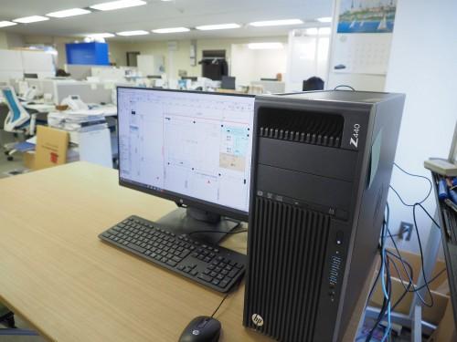 アーバンスクエアの事務所内に置かれた日本HPの高性能ワークステーション「HP Z440」。だれも操作していないのに、突然、CADソフト「Vectorworks」が立ち上がり、店舗の図面が表示された