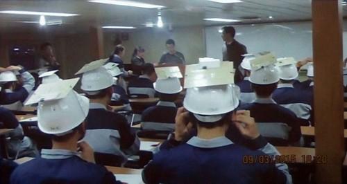 船舶内での避難実験のためヘルメットを着用する学生
