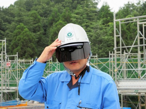 AR用ゴーグル「HoloLens」を装着し、ARによる墨出し作業の実証実験を行う東急建設の田中勇所長