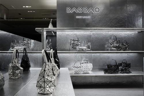 BAO BAO ISSEY MIYAKE銀座の店舗。手仕事の象徴として「たたく」という手法を採用した。近づくにつれて鎚起によるアルミ材の微細な表情が浮かび上がってくる