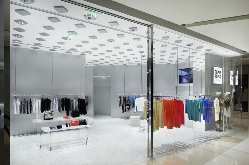 「PLEATS PLEASE ISSEY MIYAKE 上海」の店舗。「まとめる」という手法で天井の機能造作を世界共通化し、その他の部分は各国の条件を柔軟に受け入れる