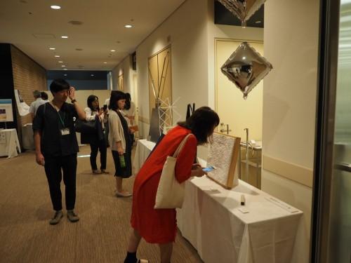 特別講演会場のホワイエでは、モーメントが店舗やポップアップ店舗の内装で使用した実物の部材が展示された