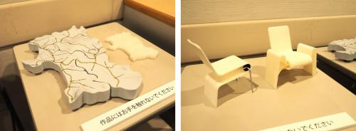 JR秋田駅の木質化プロジェクトで制作した秋田県形ベンチの模型(左)と秋田杉の曲げ木を使ったベンチの模型(右)