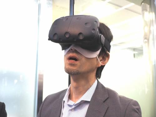 VRによるプレゼンテーションの例。顧客にHMDを装着し、上下左右に首を振ってもらうと、その動きに追従して建物や土木インフラなどを見てもらうことができる