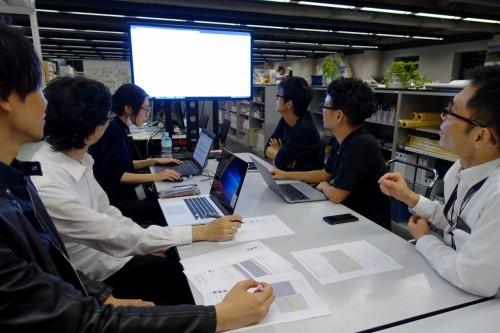 開発したサイトのフィードバックを行う、日建設計、グラフィソフトジャパン、髙木秀太事務所のスタッフ
