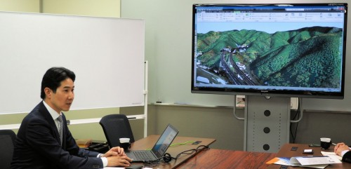 小仏トンネルのCIMモデルを大型モニターに映して説明する石田篤徳サブリーダー