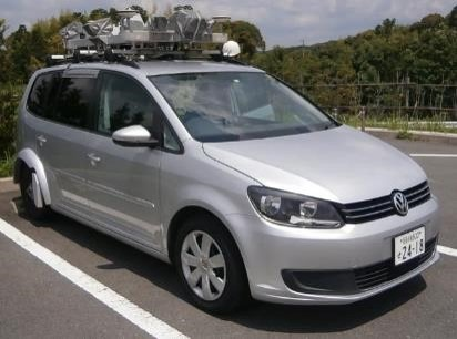 道路の路面や周辺の構造物を走行しながら高精度に3D計測するMMS車両。屋根に3Dレーザースキャナーやカメラを搭載している