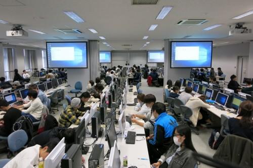 1年次後期に行う「SimTread」を使用した避難シミュレーションの演習。パソコン演習室は約150人の学生で超満員