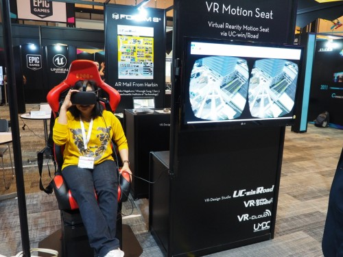 HMDで立体映像を見ながら前後左右の揺れや上下動が体感できるVRモーションシート