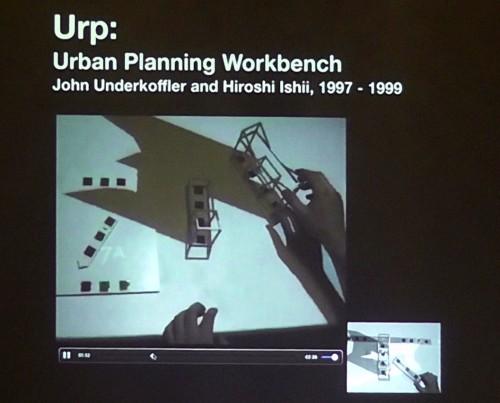 「Urp」。ワイヤフレームの模型を手で動かすことにより、影や風の流れがリアルタイムにシミュレーションされ、その場に投影される