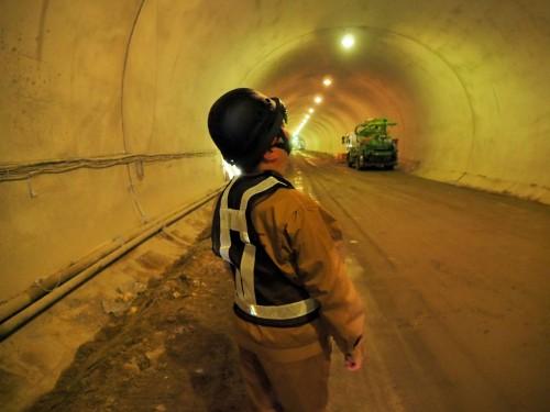 トンネルの内部を見上げる