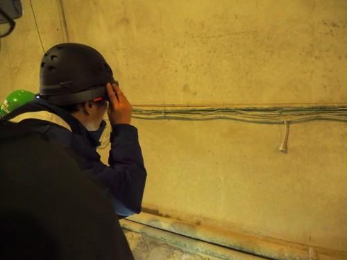 トンネルの覆工を見る