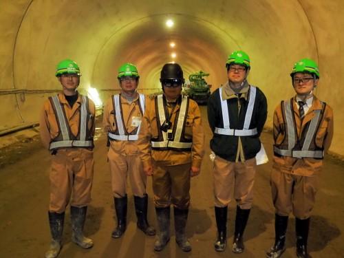 鳥取西道路 気高第2トンネルの現場で、HoloLensの実証実験を行った鴻池組とインフォマティクスの社員たち