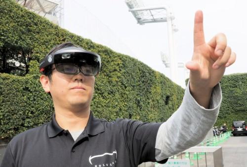 建設業界で注目を集めているMR用ホログラフィックコンピューター「Microsoft HoloLens」。周囲の風景にBIMモデルを重ねて、実寸大で立体視できる