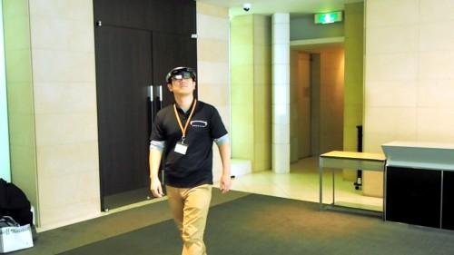 VRゴーグルなら一歩を踏み出すのも勇気がいるが、HoloLensならスタスタと歩き回れるのでスピーディーにVRコンテンツをチェックできる