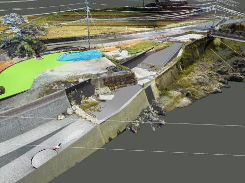 点群データとCIMモデルを合成したもの。親水護岸に通じる斜路上に既存の石垣が突き出しているのがわかる