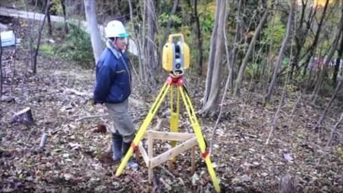 3Dレーザースキャナー「GLS-2000」による起工測量の様子。電線や樹木など現場周辺の状況を残さず3D点群で記録し、施工計画に生かす