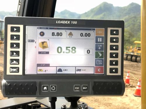 運転席のLOADEX100モニター画面。バケットがすくい取った土砂の重量や積載した合計重量が10kg単位で表示されるので過積載を防ぎつつ、効率的な運搬が可能だ