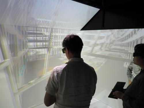 5面のスクリーンに映し出されたVRの実寸大立体映像を見ながら、設計を検討できる施設「CAVE(ケーブ)」。遠隔地のCAVEや設計者と連携し、設計コラボレーションが行える