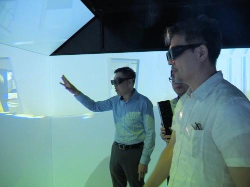 3DメガネをかけてCAVEの中で設計について話し合う