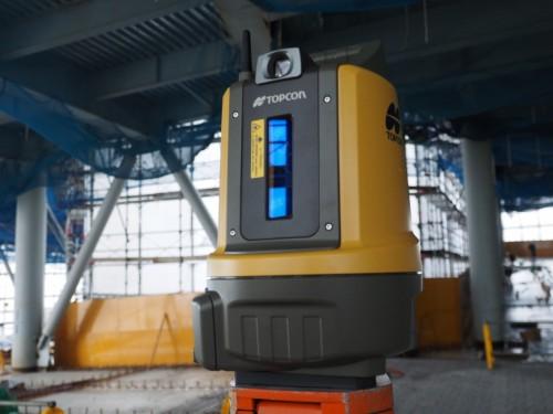 現場に三脚などで設置し、電源スイッチを入れると自動整準機能によって自動的に水平が出る